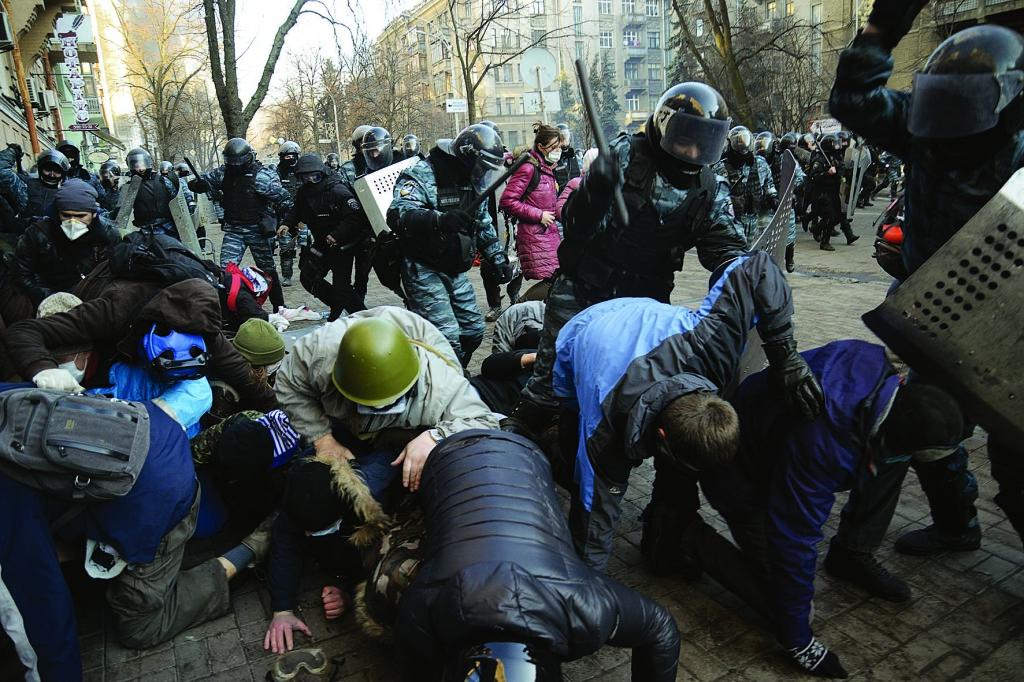 Утром 18 февраля Майдан предпринял «мирное наступление» на Верховную Раду, переросшее в масштабные бои в правительственном квартале. В ходе бо- ев – 18 и 19 – 34 погибли, 85 – получили огнестрельные ранения.