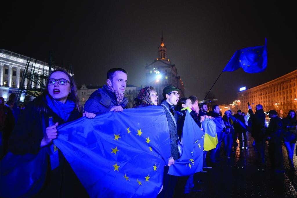 21 ноября 2013 года Кабмин Николая Азарова объявил о приостановлении подготовки подписания Украиной Соглашения об ассоциации с Европейским союзом. В тот же вечер несколько сотен киевлян – в знак протеста – собрались на Майдане Незалежности.