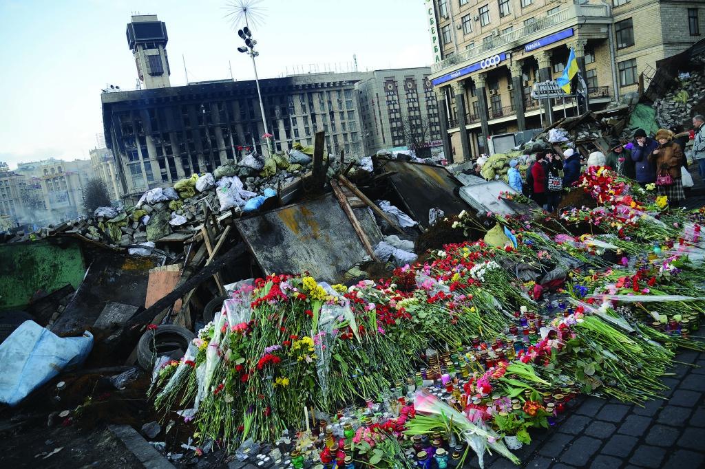Цветы в память о погибших в ходе противостояния на Майдане.
