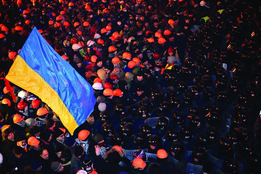 У ніч із 10 на 11 грудня 2013 року влада повторно намагалася «зачистити» Майдан «під нуль». Кілька тисяч силовиків тіснили протестувальників з усіх боків площі. Метро не працювало, основні дороги були перекриті, але кияни поспішали на підмогу Майдану: їх скликали дзвони Михайлівського монастиря, звуки яких доносилися аж до спальних районів Лівобережжя. Востаннє це місто чуло набат ще під час монголо-татарської навали.