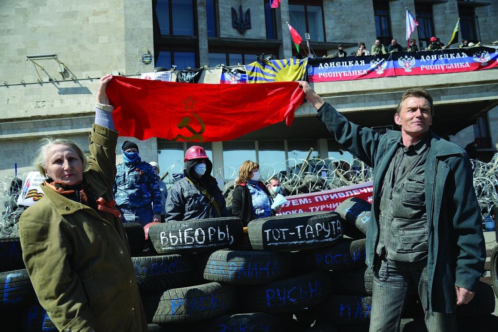 Квітень 2014 року. «Російська весна» на площі перед захопленою Донецькою ОДА.