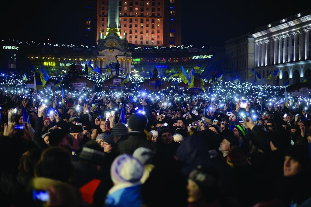 Новорічна ніч 2014 року на Майдані. Сто тисяч людей засвітили екрани своїх мобільних, виконуючи гімн України.