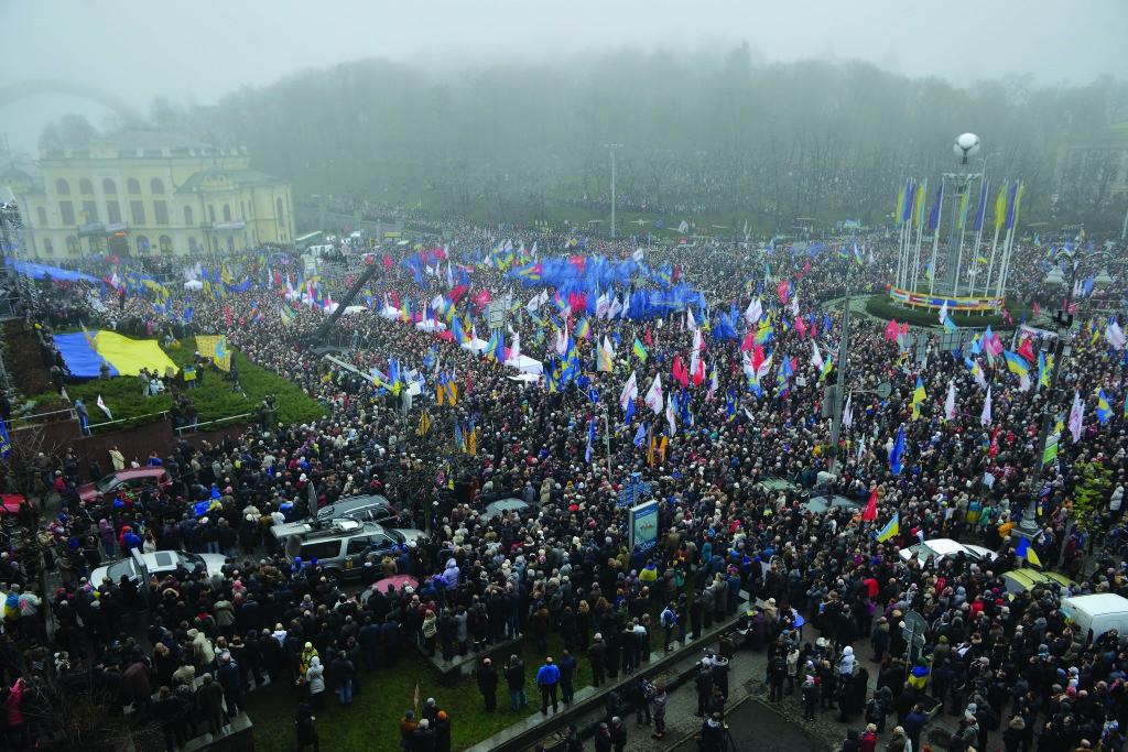 24 листопада пройшов перший масовий мітинг у центрі столиці. На підтримку європейського вибору країни зібралися сотні тисяч людей. Політичний актив – на Європейській площі, громадський – на Майдані Незалежності.