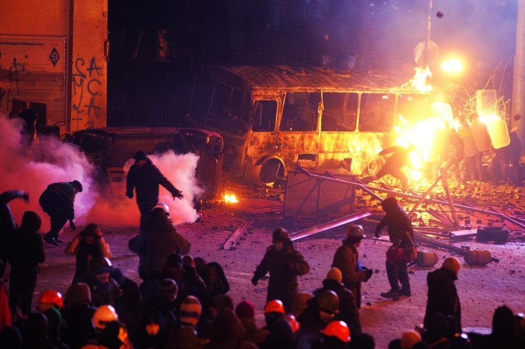 19 января – после очередного вече – часть радикально настроенных протестующих по- пыталась пройти к Верховной Раде через улицу Грушевского, где натолкнулась на кордон силовиков.