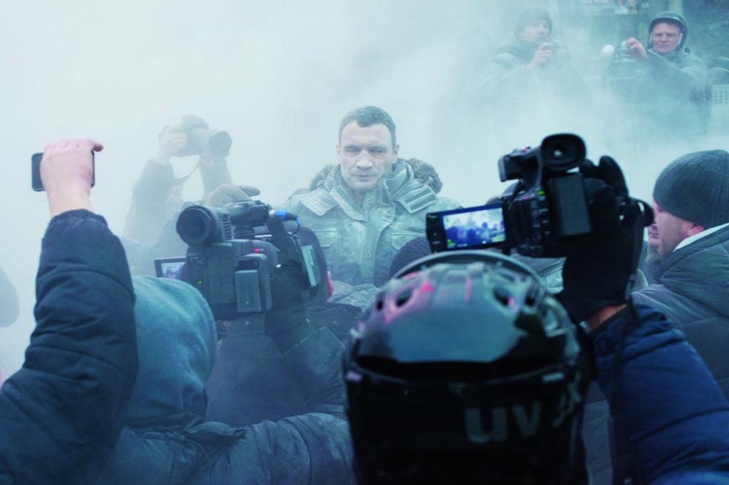 В первые же часы на Грушевского прибыл Ви- талий Кличко – пытался «остудить» горячие головы. Вместо этого «остудили» его. В бук- вальном смысле – из огнетушителя.
