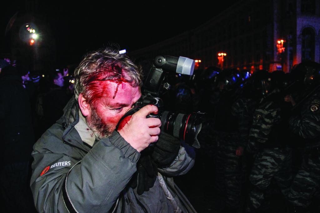 29 декабря оппозиционеры попытались завести на Майдан две машины со сво- ей «озвучкой» – общественники попросили их «принять» протест. «Озвучку» заблокировал «беркут» – «тренировался» перед предстоявшим ночью разгоном студентов. Между защитниками автобусов и силовиками произошло несколь- ко отчаянных столкновений, в ходе которых, в частности, пострадал фотограф агентства «Reuters» Глеб Гаранич – ему разбили голову милицейской дубинкой, но он, несмотря ни на что, продолжал снимать;