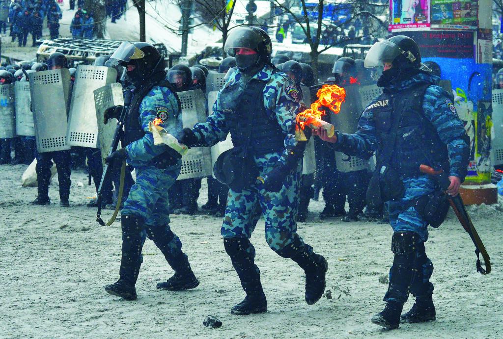 В ходе противостояния на Грушевского ми- тингующие впервые применили против сило- виков брусчатку, коктейли Молотова, силови- ки – российские гранаты, завезенные из РФ в качестве «гуманитарного груза».