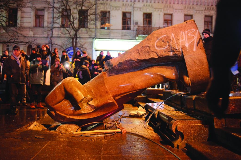 8 декабря в самом центре Киева митингующие свергли с пьедестала памятник Владимиру Ле- нину. После этого по всей Украине начался «ленинопад»: повсюду – в крупных областных центрах и маленьких городках – люди круши- ли символы советского прошлого